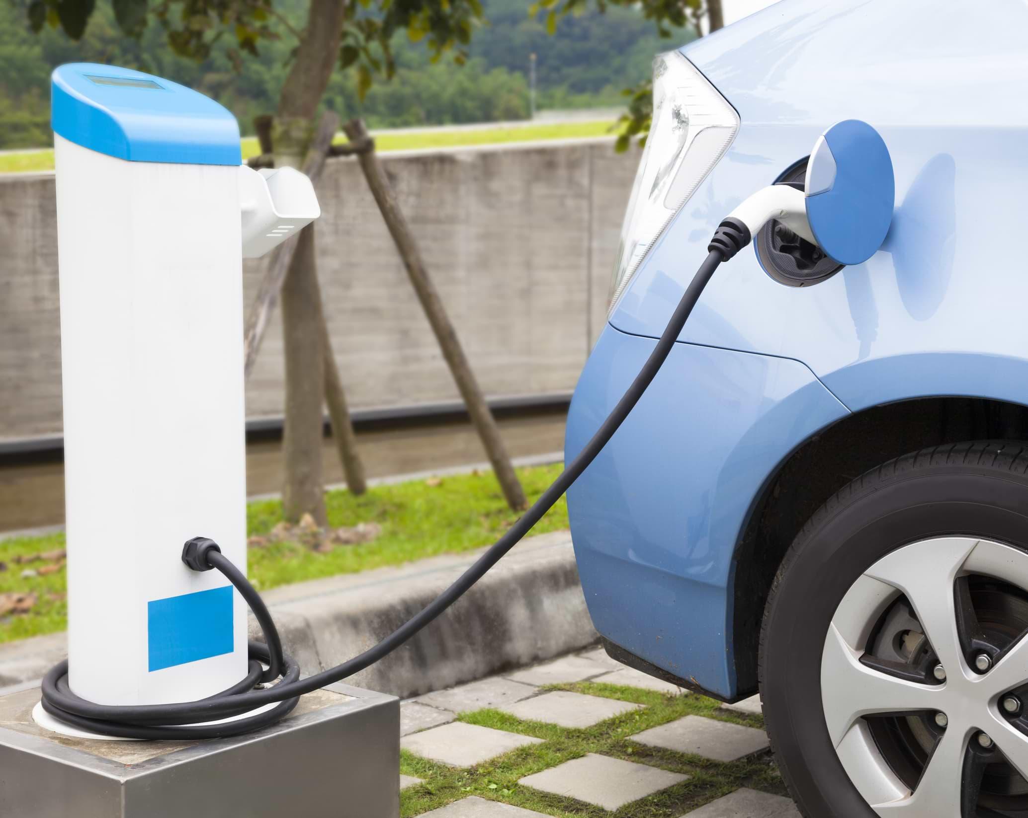 como cargar un auto electrico