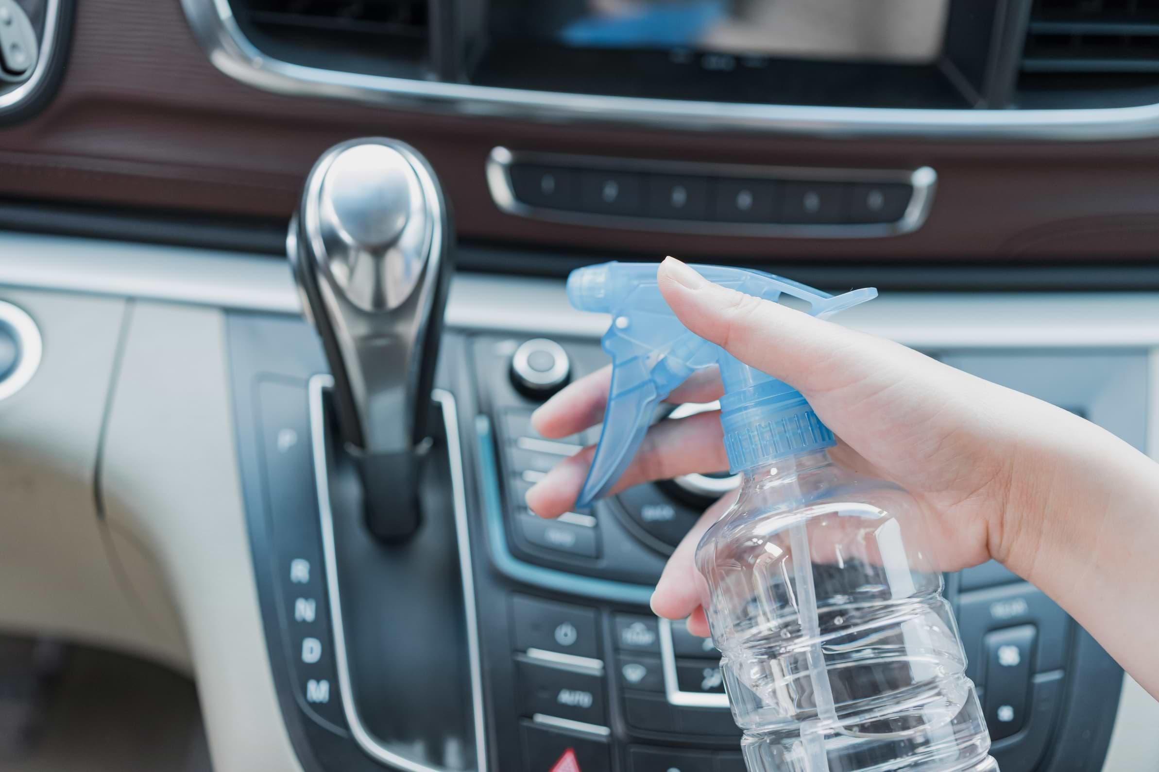 cómo lavar un auto por dentro